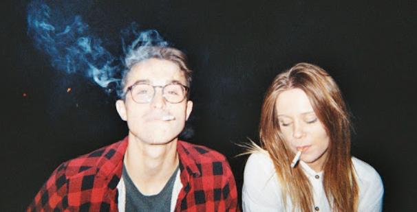 情侣一起吸烟