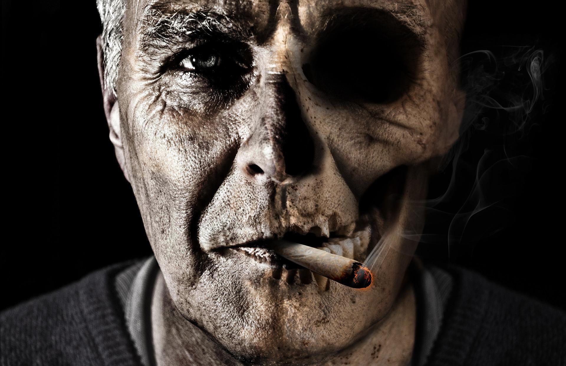 吸烟的老头